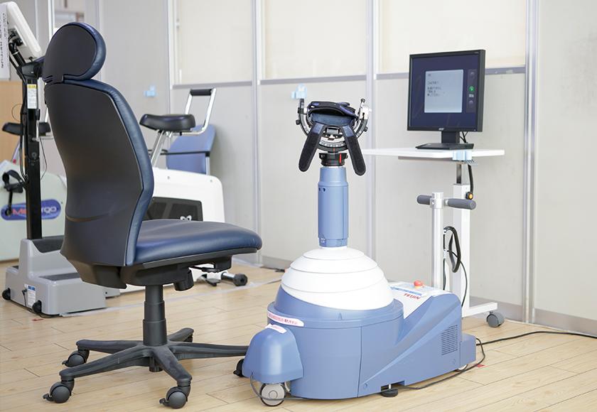 ReoGo-J(上肢用ロボット型運動訓練装置)を使う様子