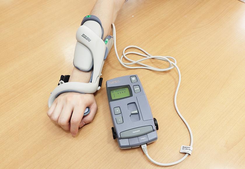 NESS H200(手の装具一体型電気刺激装置)を使う様子
